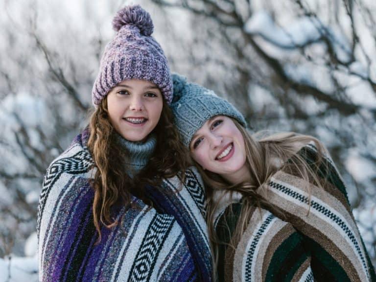 deux filles avec un bonnet et une couverture