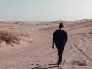 fille qui marche dans le sable