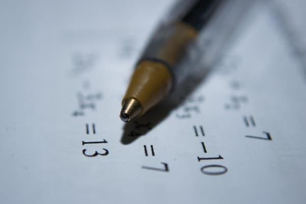 stylo avec des formules mathématiques