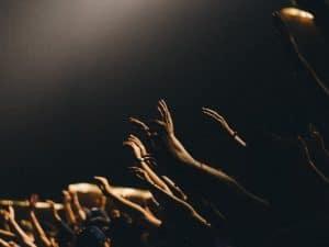 mains qui se lèvent