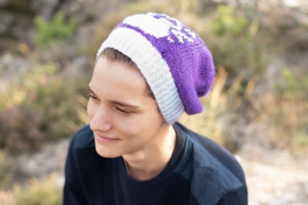homme avec un bonnet violet