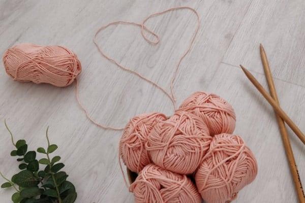pelote de laine qui forme un coeur