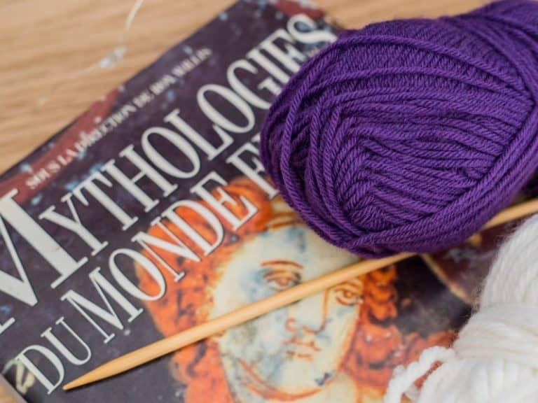 pelote de laine violette avec un livre
