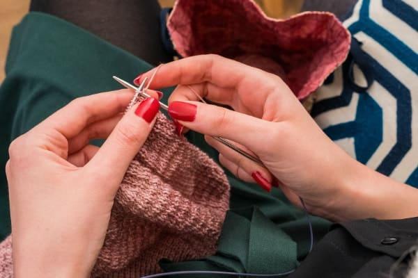 mains qui tricotent