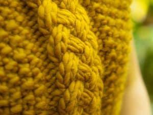 pull jaune avec une torsade
