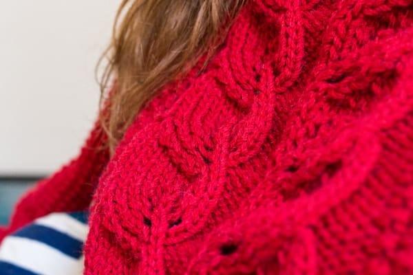 pull rouge avec une torsade