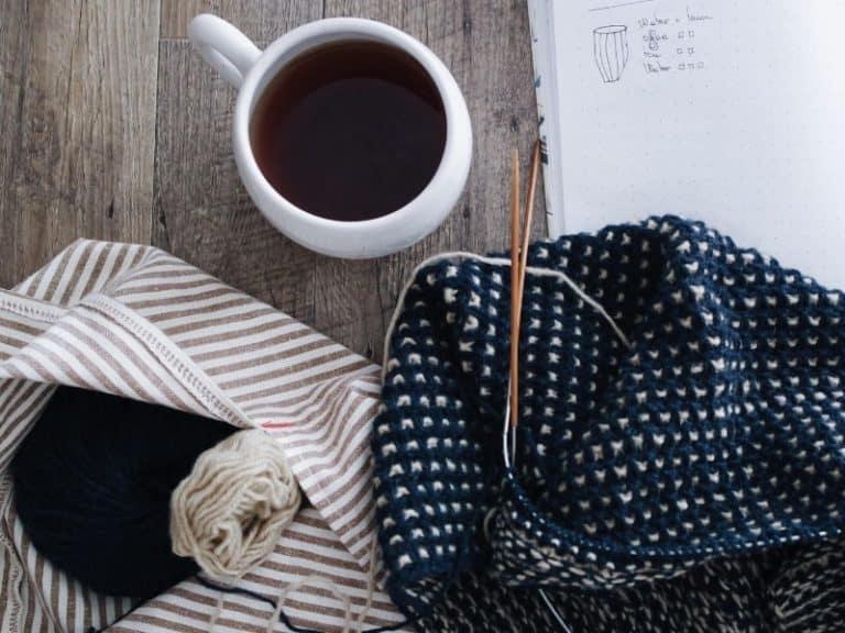 tricot en-cours et tasse de café
