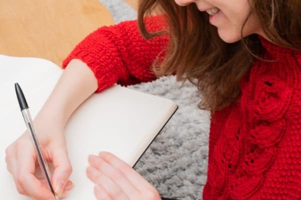 femme qui écrit dans un cahier