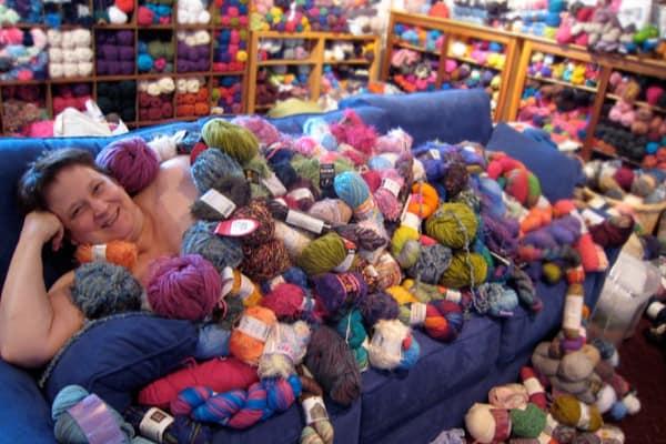 femme recouverte de laine dans un canapé