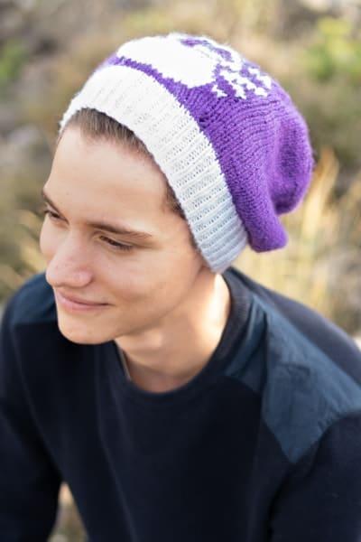homme avec bonnet violet