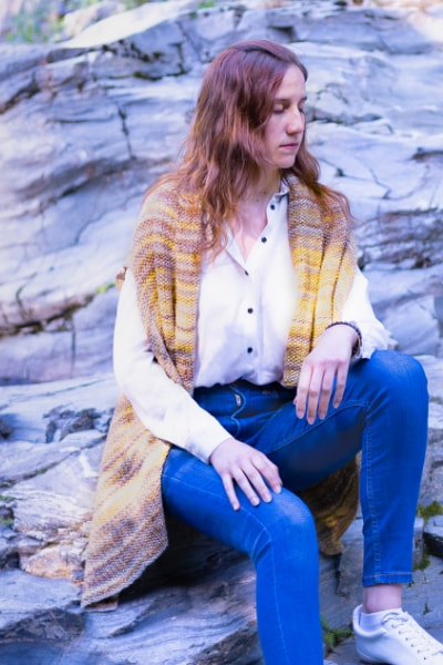 fille avec un poncho jaune