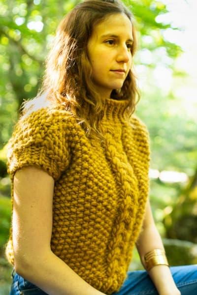 fille avec un pull jaune