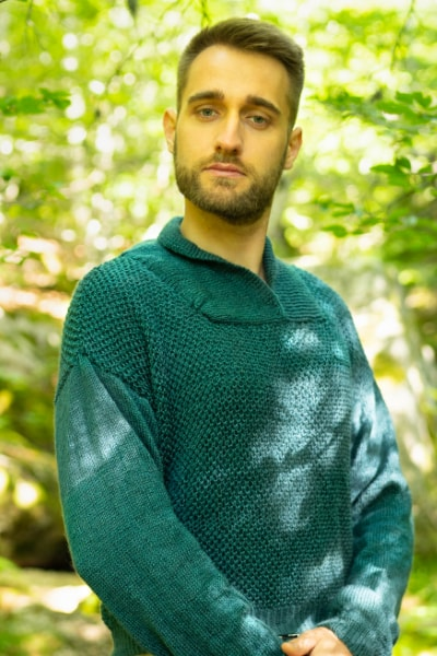 homme avec un pull vert