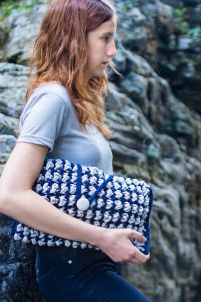 femme avec pochette bleu et grise