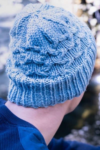 bonnet bleu avec des torsades