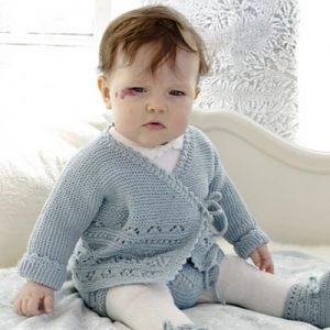 bébé avec un gilet bleu