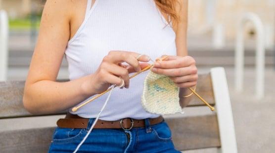 fille qui tricote