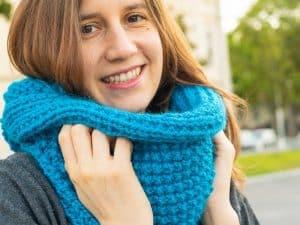 fille avec un snood bleu
