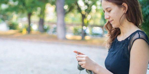 jaenelle qui tricote dans un jardin