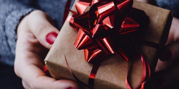 cadeau avec un noeud rouge