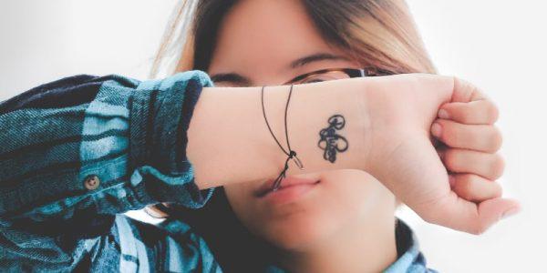 femme qui se cache le visage avec son poignet