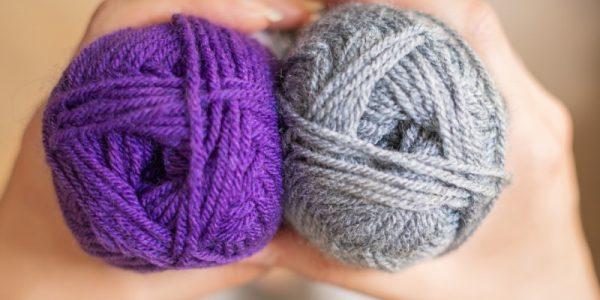 pelotes de laines violette et grise