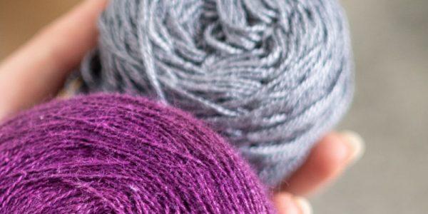 pelotes de laine violette et grise