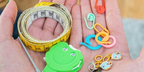 matériel de tricot dans les mains