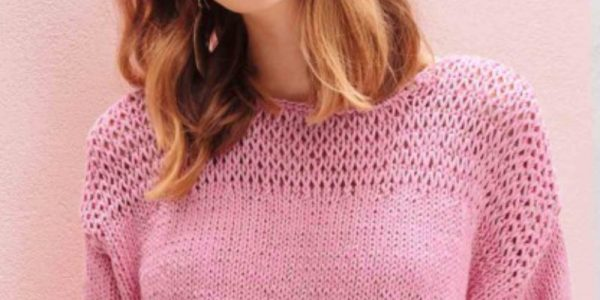 femme avec un pull rose