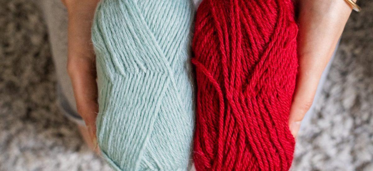 pelotes de laine bleu et rouge