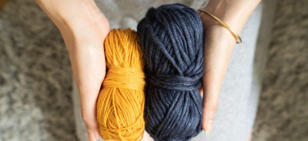pelotes de laine jaune et bleu