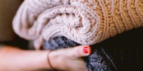 femme qui porte des pulls tricotés