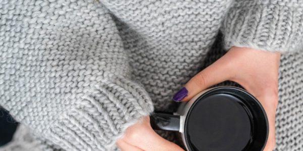 robe grise avec une tasse