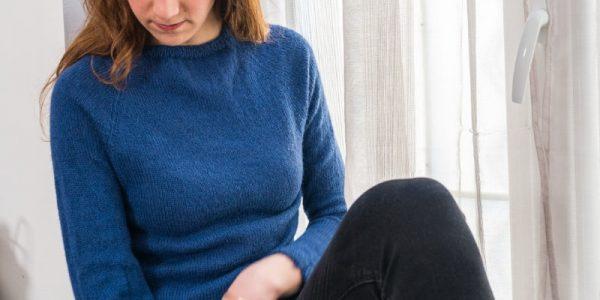femme avec un pull bleu