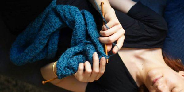 femme qui tricote une écharpe bleu
