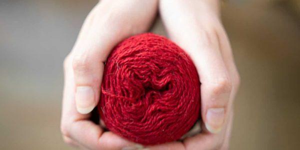 pelote de laine rouge