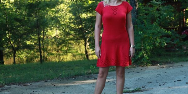 femme avec robe rouge