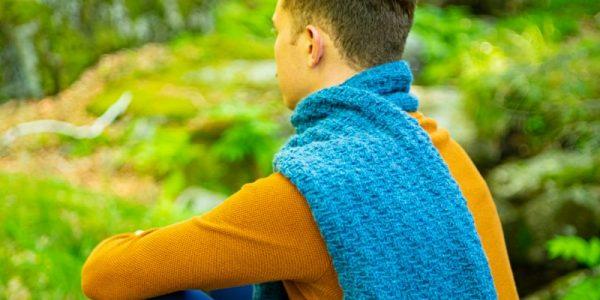 homme avec une écharpe bleu