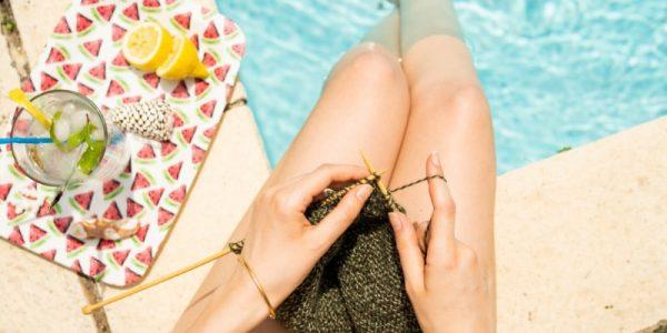 femme qui tricote en bord de piscine