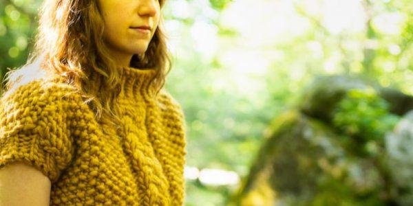 jaenelle avec un pull jaune moutarde