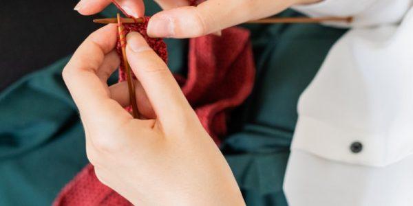 tricote de la laine rouge