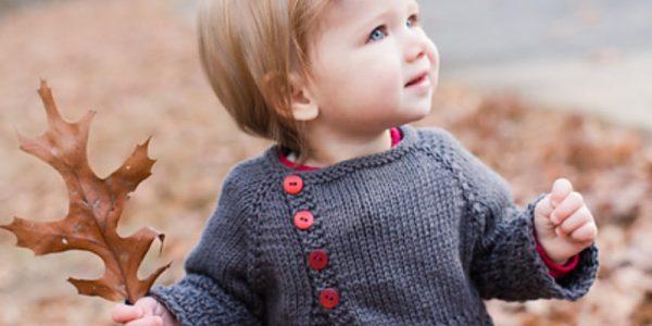 bébé avec un gilet