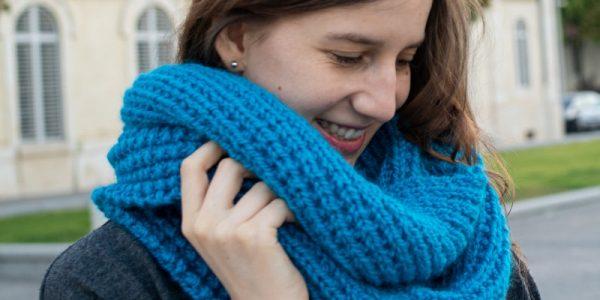 femme avec un snood bleu